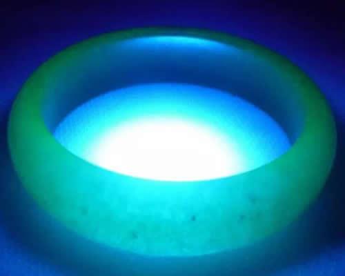 怎么看翡翠真假 用紫外线灯辨别翡翠的真假